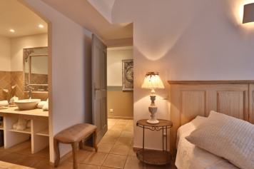 The bedroom and the shower at enjoy the experience in Gordes