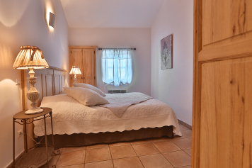 The bedroom at enjoy the experience in Gordes